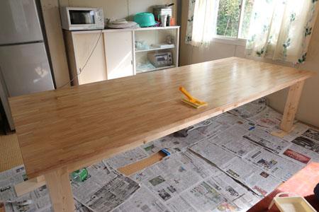 大テーブルのニス塗り